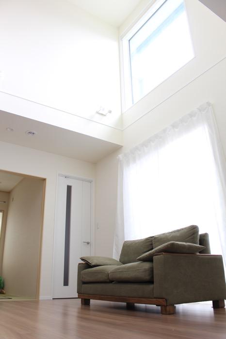 ソファーと吹抜けの窓