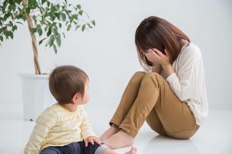 泣く親と子ども