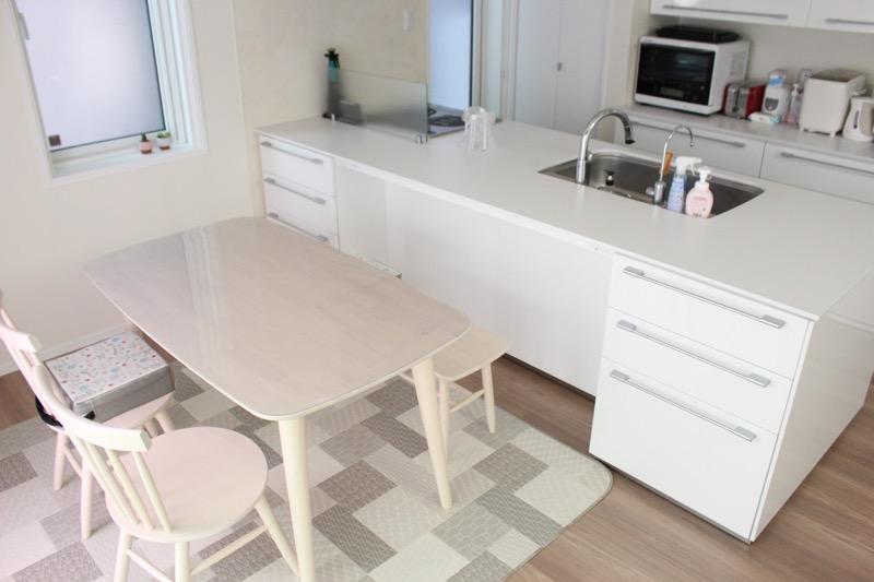 キッチンとダイニングテーブル_対面横