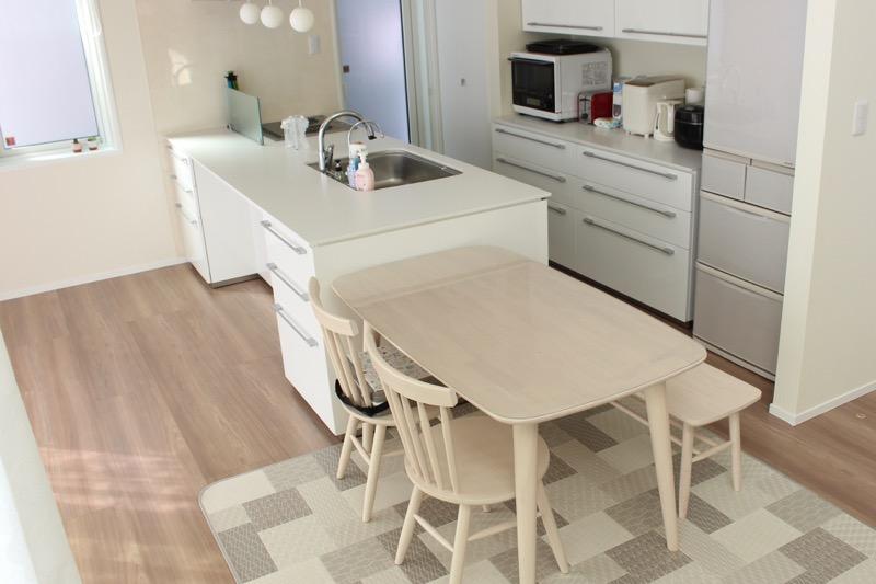 キッチンとダイニングテーブル_横並び