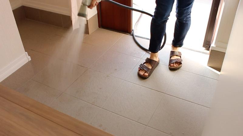 玄関タイル掃除_水で濡らす