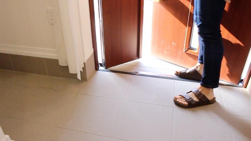 玄関タイル掃除_親子ドア開ける