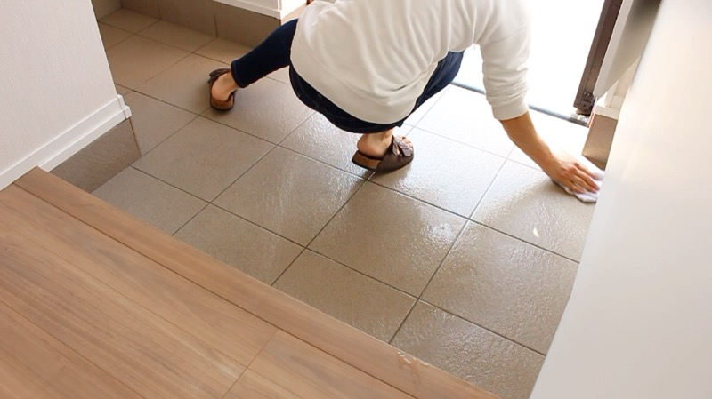 玄関タイル掃除_雑巾で拭き取り