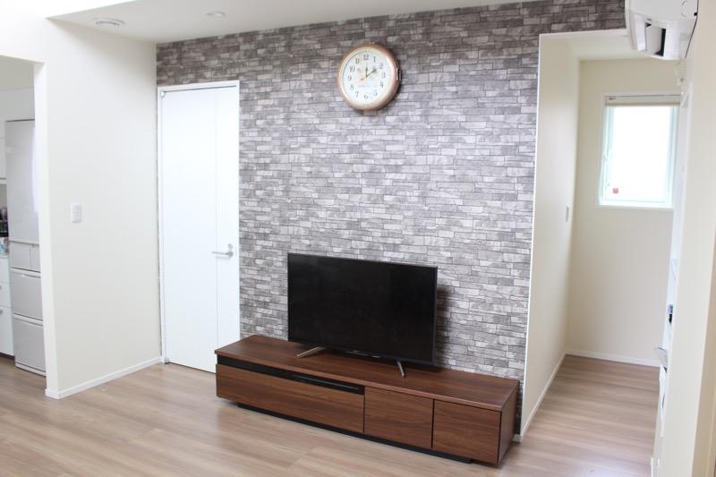 リビング_テレビボードとドアと廊下