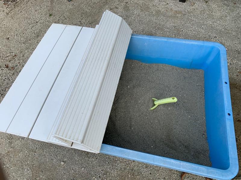 庭に砂場_コンテナと風呂のフタ