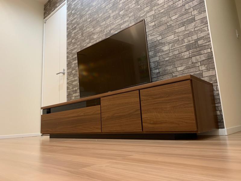 リビング_テレビボードとアクセントクロス