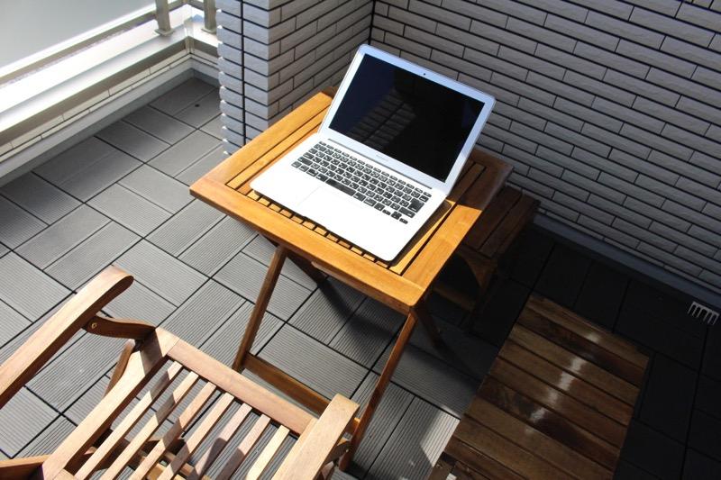 ルーフガーデン_テーブルとパソコン