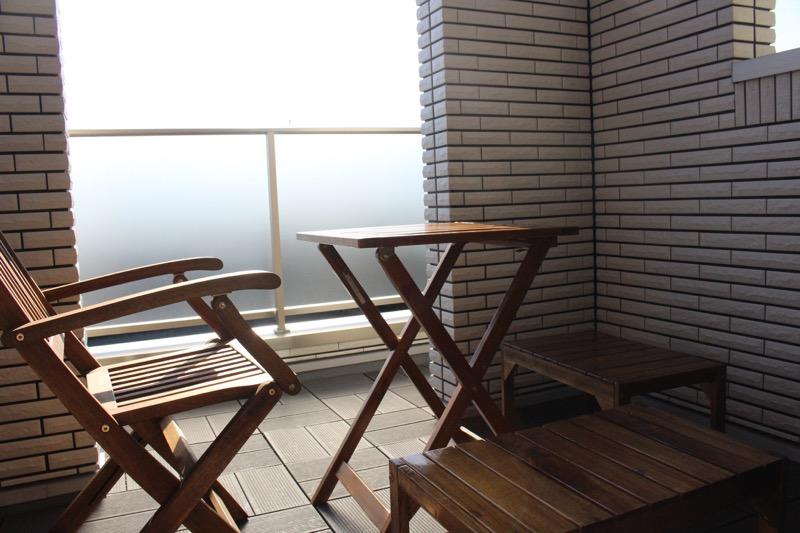 ルーフガーデン_テーブルと椅子とベンチ_横から