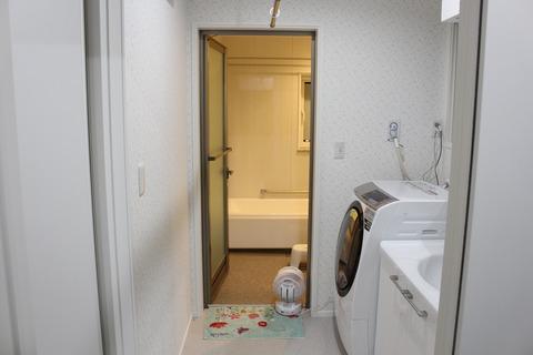 ウォークインクローゼットから洗面所と風呂場