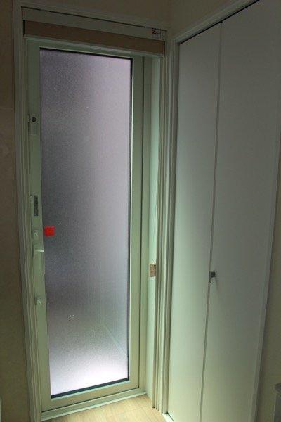 勝手口の窓_1
